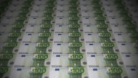 100 Euros travelling 01 - stock footage