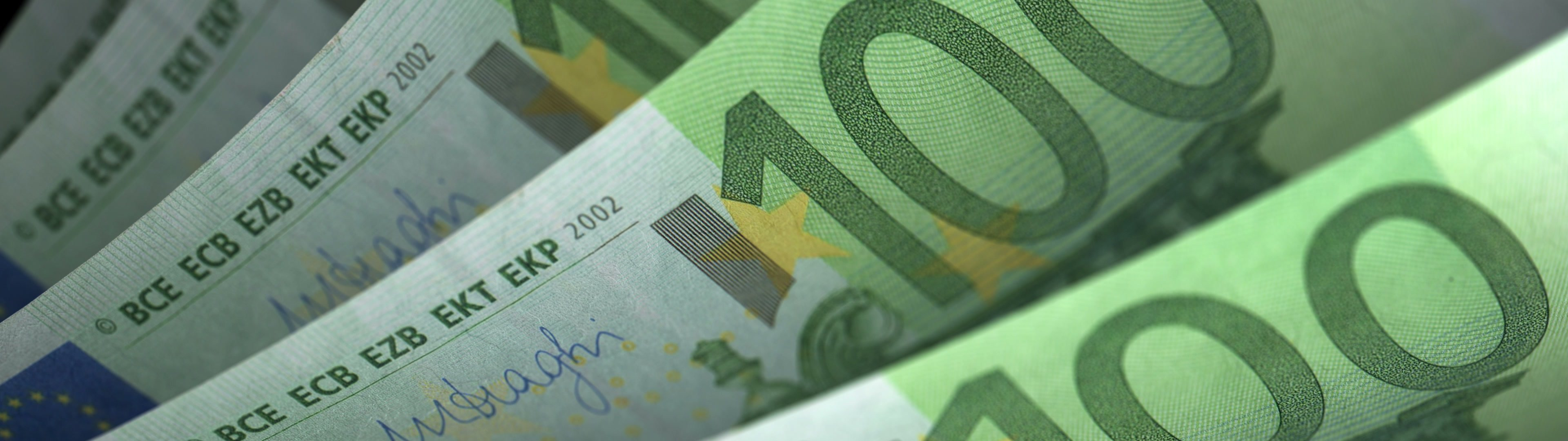 Cash counting. Euro banknotes. Easy to loop. | Cash counting. Euro banknotes. Shallow depth of field, easy to loop. - ID:23601